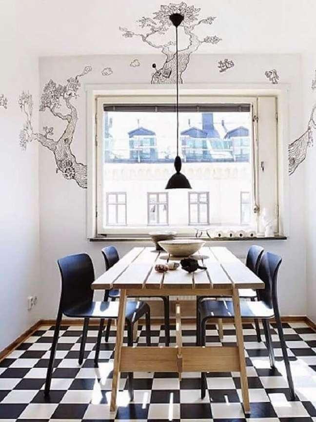 38. Decoração de sala de jantar com mesa de madeira e piso xadrez – Foto: Una Mosca en la Luna
