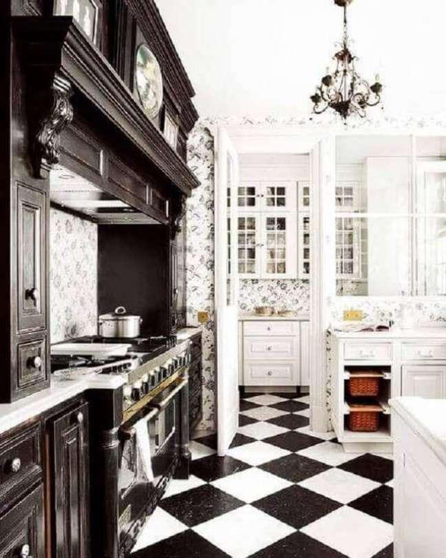 21. Cozinha preta e branca clássica decorada com piso xadrez – Foto: Apartment Therapy