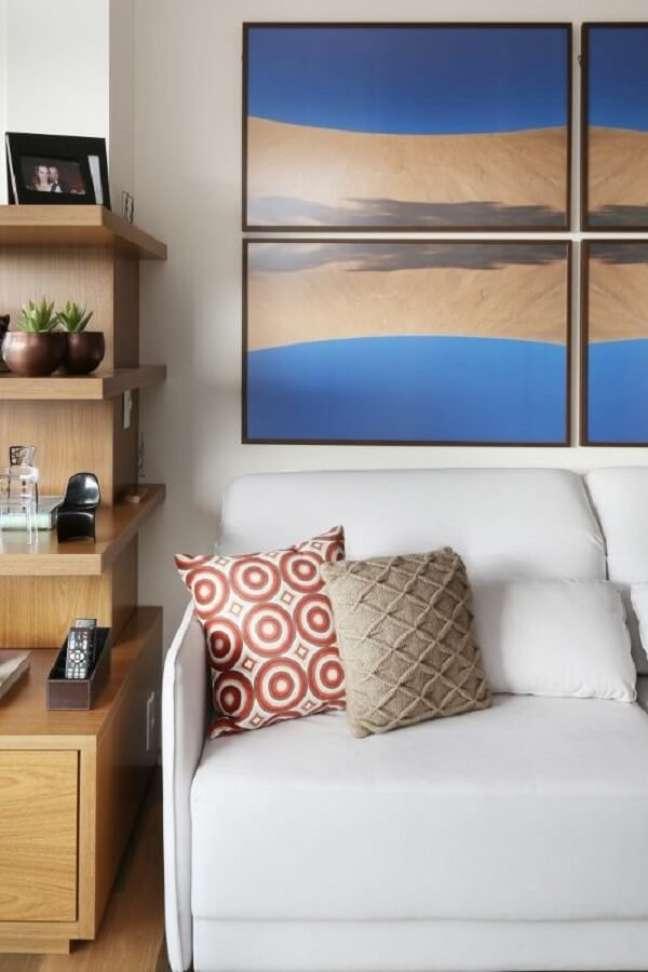 40. O quadro mosaico traz cor para o décor da sala planejada pequena. Projeto de Renata Cáfaro