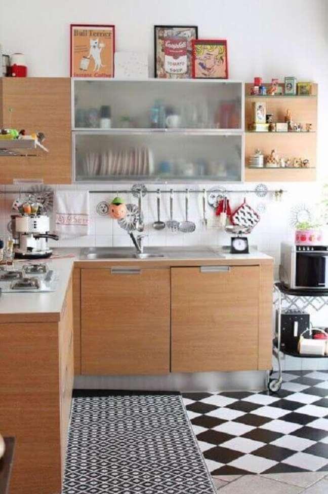 18. Cozinha de madeira decorada com piso xadrez preto e branco – Foto: Apartment Therapy
