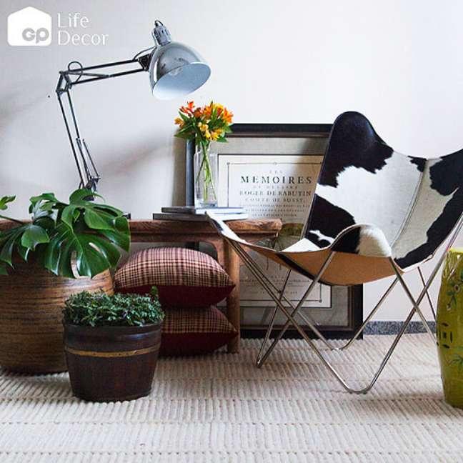 7. Sala com poltrona butterfly couro e decoração moderna – Foto GP Life Decor