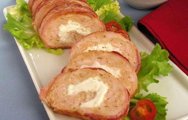 Guia da Cozinha - Rocambole de frango aos 2 queijos para um jantar delicioso