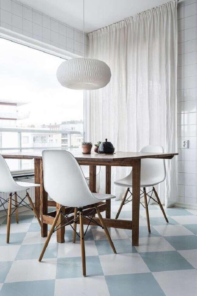 32. Decoração minimalista para sala de jantar com piso xadrez azul e branco – Foto: Hege Morris