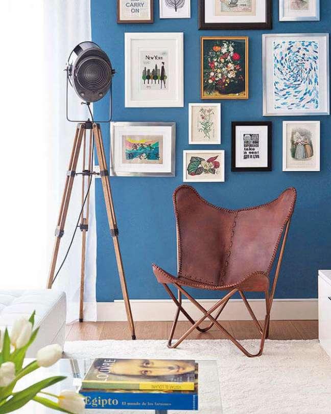 20. Sala azul moderna com poltrona butterfly couro marrom e moveis de madeira criativos – Foto Micasa