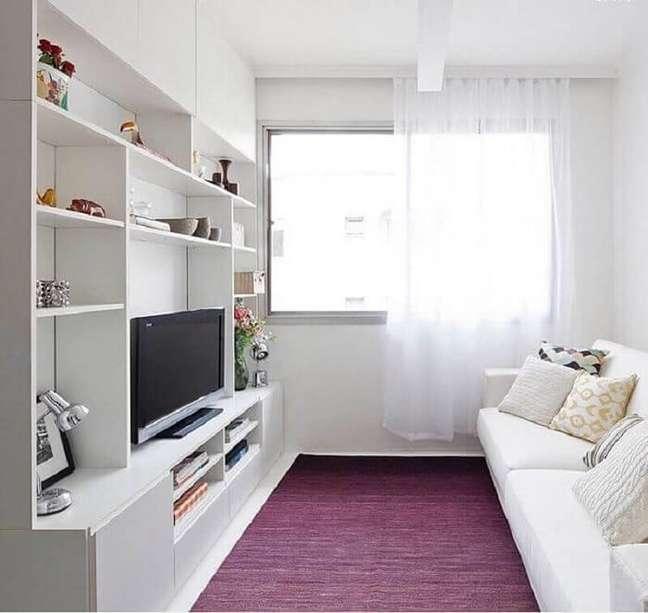 30. O tapete colorido quebra a neutralidade da decoração da sala planejada pequena. Projeto de Iná Arquitetura