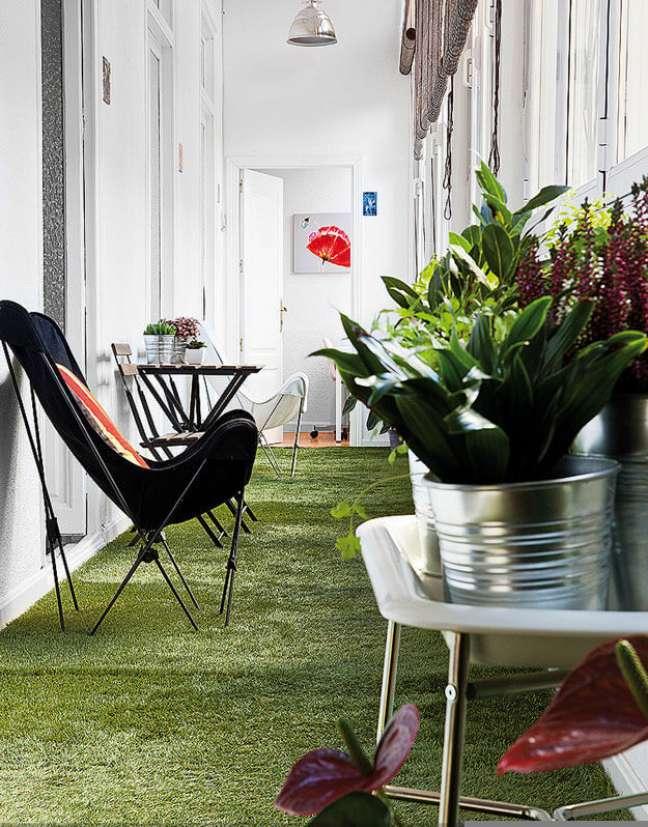 40. Casa iluminada com poltrona butterfly preta e branca no jardim – Foto Jean Marc Wullschleger