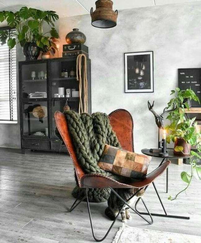 42. Decoração industrial com poltrona butterfly e manta de tricô – Foto Colomb Design