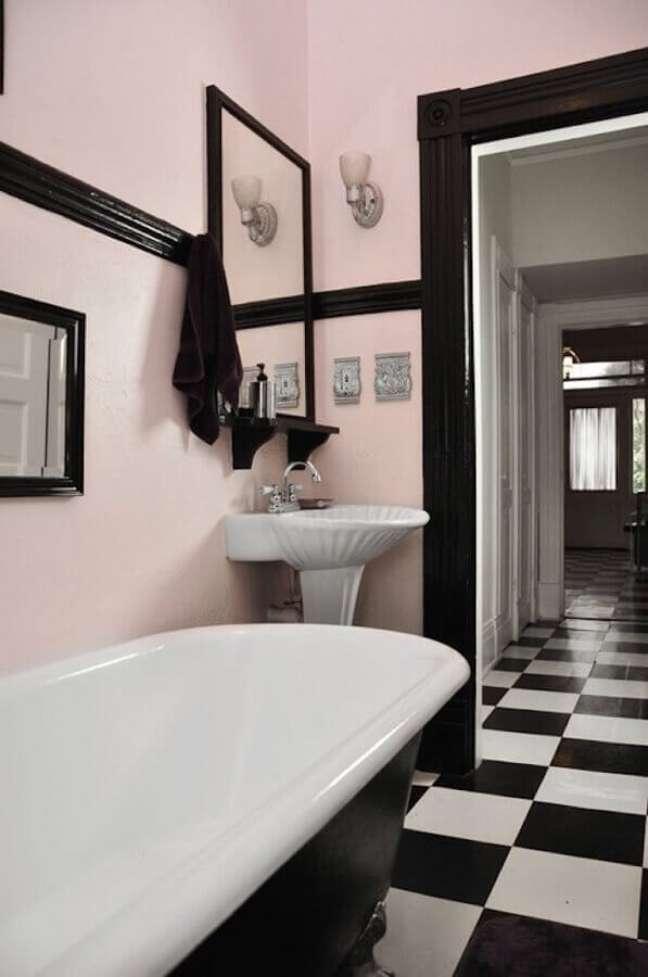 44. Piso xadrez para banheiro decorado com parede rosa e banheira de imersão – Foto: QPDesign