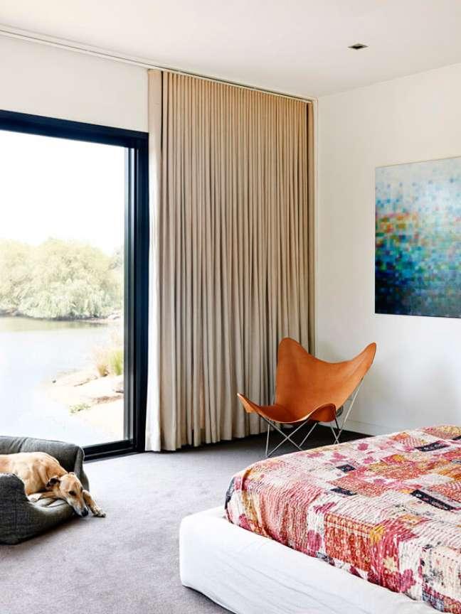 4. Quarto decorado com poltrona butterfly laranja – Foto The Design Files