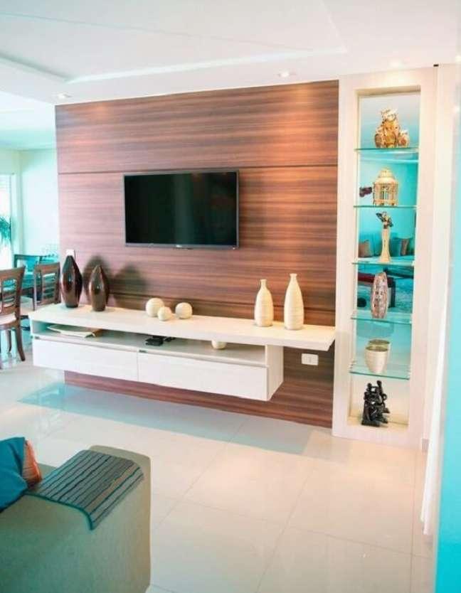 24. Rack suspenso e prateleiras de vidro decoram a sala planejada pequena. Fonte: Design Móveis Planejados