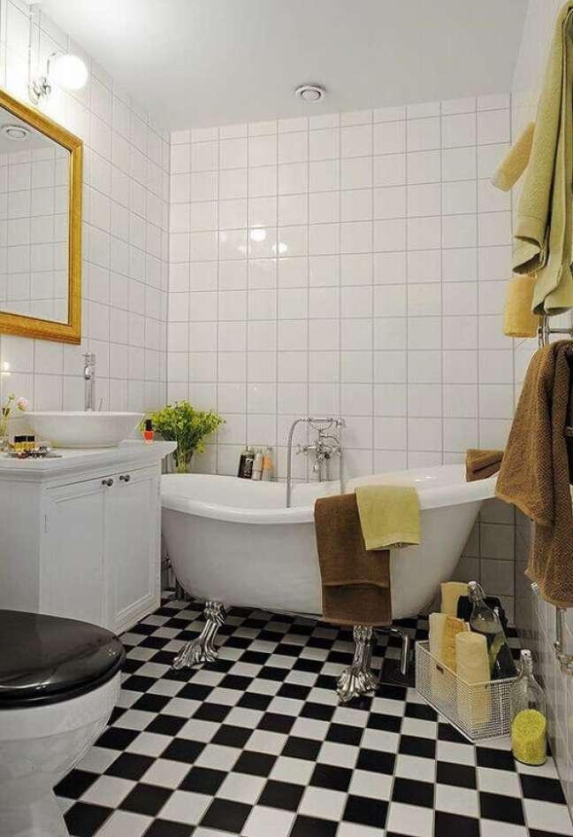 11. Banheiro branco simples decorado com banheira de imersão e piso xadrez – Foto Decor Fácil