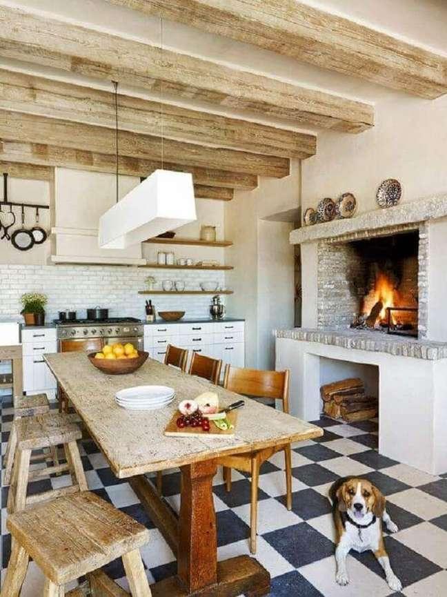 31. Decoração de cozinha rustica com mesa de madeira e piso xadrez – Foto: OZ Architects