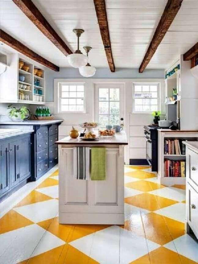 41. Piso xadrez branco e amarelo para cozinha clássica decorada com ilha – Foto: Archidea