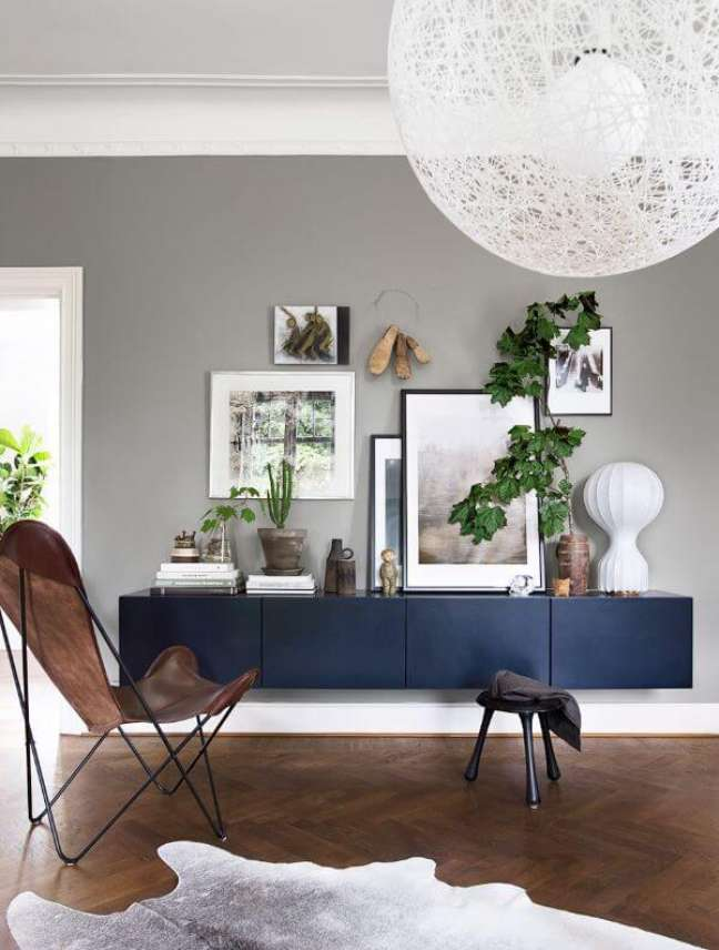 25. Sala com aparador azul marinho e poltrona butterfly – Foto Daniella Wittes ilving Room