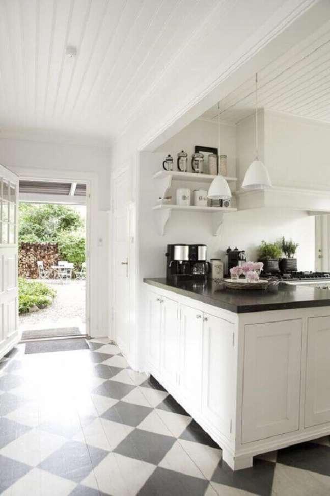 29. Decoração de cozinha branca planejada com piso xadrez preto e branco – Foto: BO BEDRE