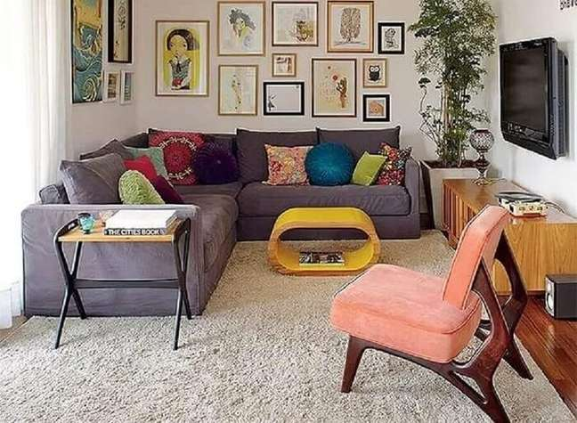 35. O sofá de canto é perfeito para otimizar o espaço da sala planejada pequena. Foto: The Holk