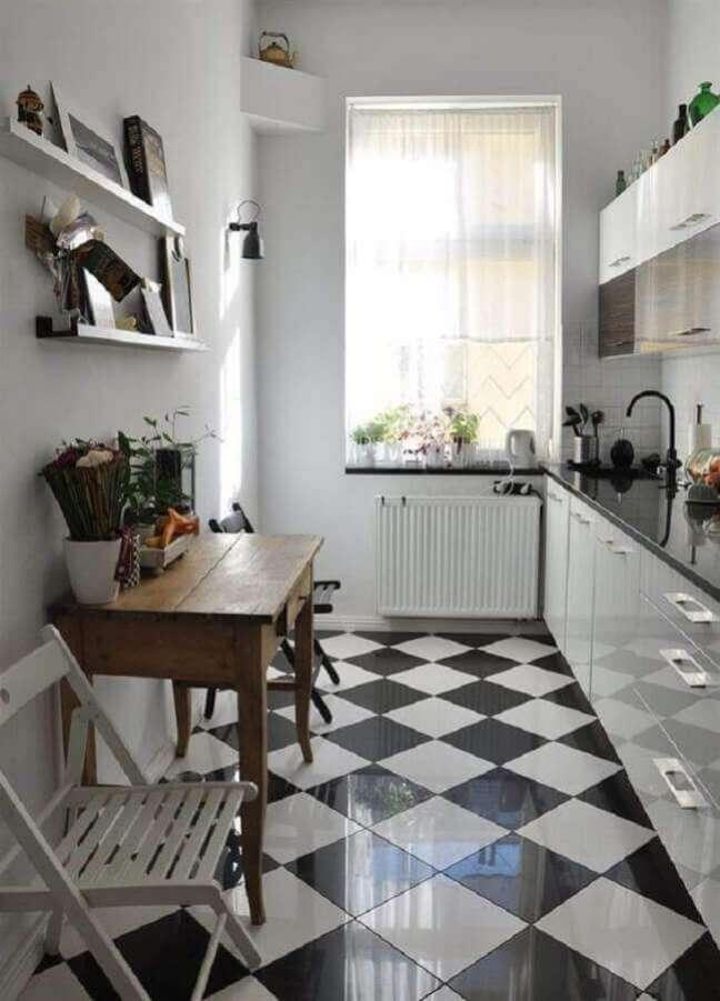 15. Cozinha branca pequena decorada com piso xadrez preto e branco – Foto: Apartment Therapy