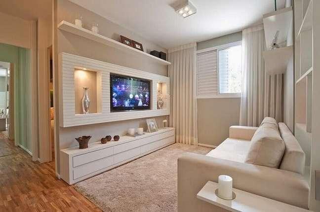 23. Sala pequena planejada decorada com tons claros. Foto: Webcomunica