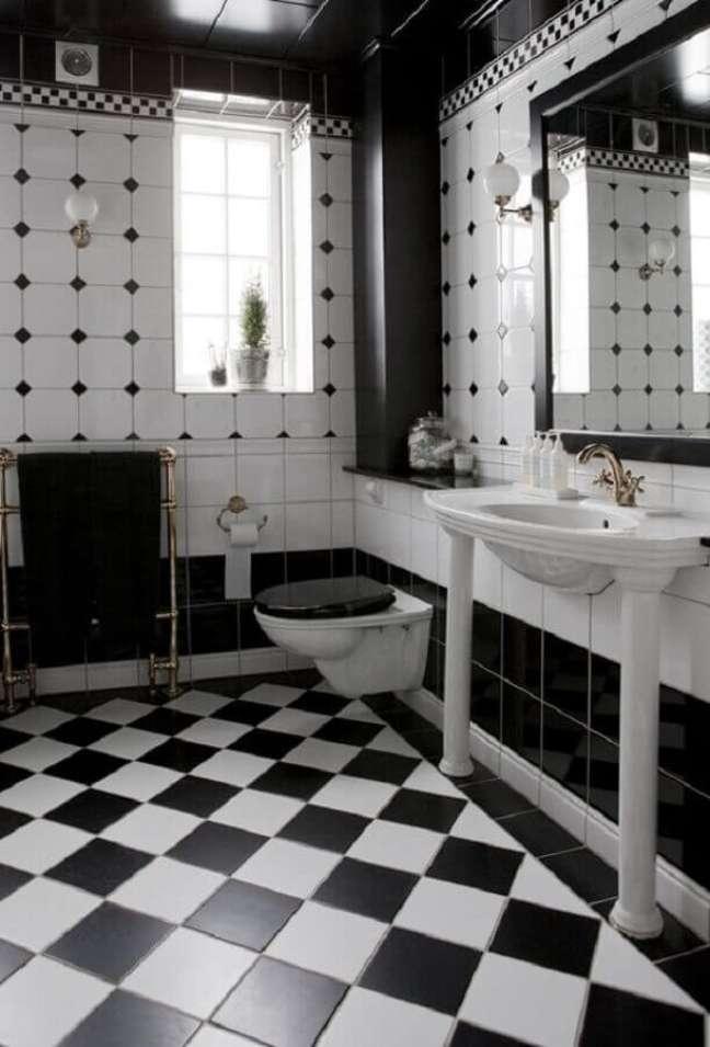 8. Decoração com piso xadrez para banheiro preto e branco – Foto: The Design Files