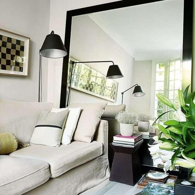 4. Os espelhos trazem a sensação de amplitude para a sala de estar planejada pequena. Fonte: Ideal Home