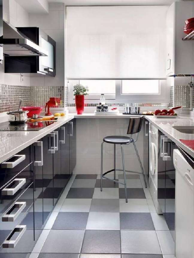 49. Piso xadrez para decoração de cozinha preta e branca pequena – Foto: Micasa Revista