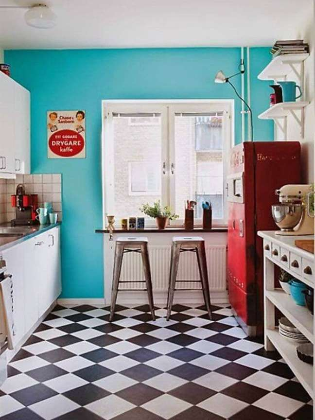 23. Cozinha retro decorada com parede azul e piso xadrez preto e branco – Foto: Una Mosca en la Luna