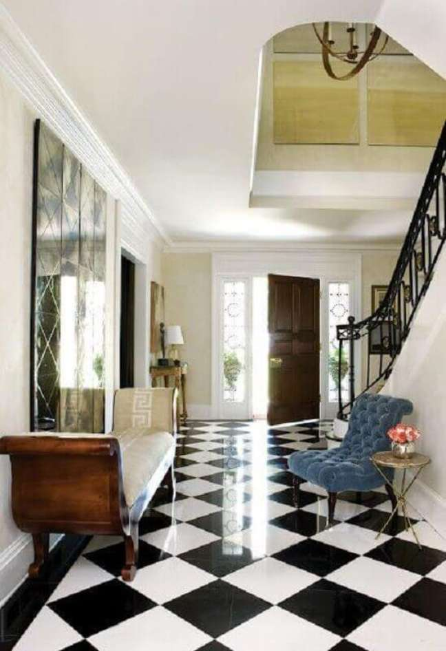 1. Casa com escada decorada com piso xadrez preto e branco – Foto: Apartment Therapy