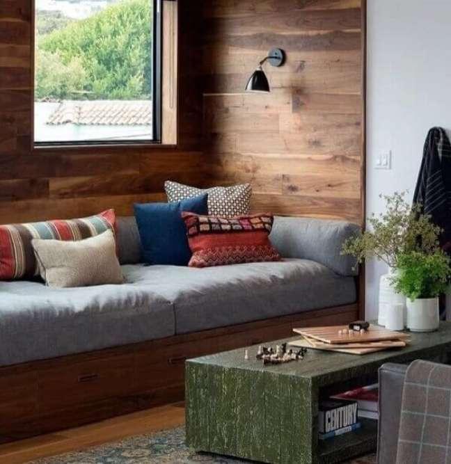 42. O sofá baú é perfeito para sala planejada pequena. Fonte: Sinemiss Dekor