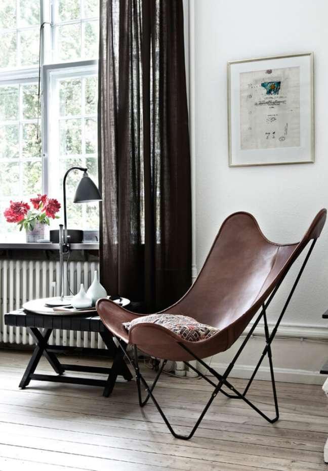 13. Poltrona butterfly couro marrom na sala de estar de madeira – Foto Elle Blogg