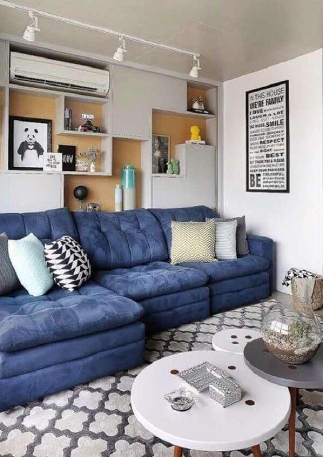 38. O sofá baú é ideal para sala planejada pequena. Fonte: Simples Decoração