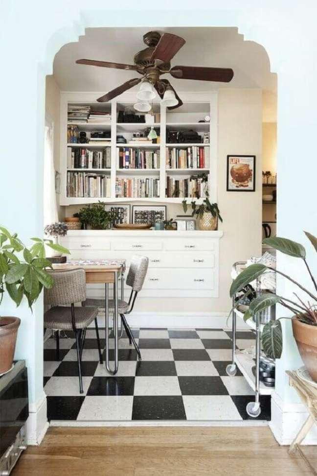 51. Piso xadrez para decoração de sala de jantar pequena com estante planejada para livros – Foto: Jaclyn Campanaro Photography