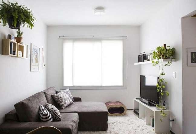 19. Sala planejada pequena com sofá retrátil e rack branco. Fonte: FirePont