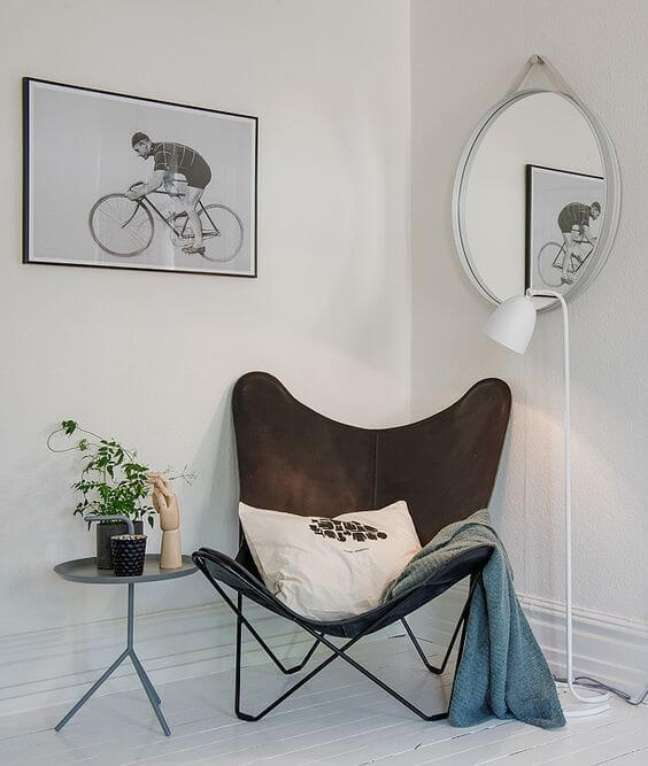 33. Sala decorada com poltrona butterfly marrom e manta azul – Foto Elle Decoration