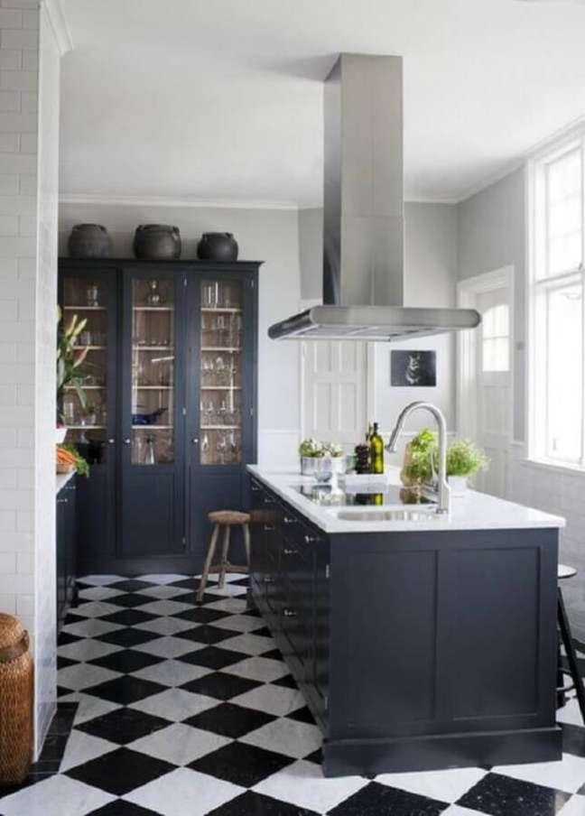 48. Piso xadrez para decoração de cozinha preta clássica com ilha – Foto: Maison & Travaux