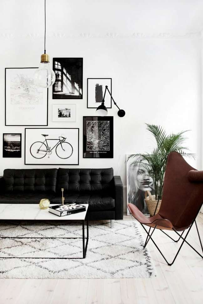 37. Sala preto e branco com poltrona butterfly couro – Foto Casa Tres Chic