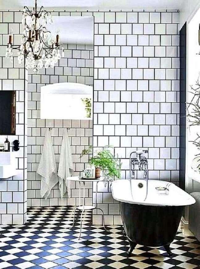 52. Piso xadrez preto e branco para banheiro clássico decorado com banheira de imersão – Foto: Remodelista