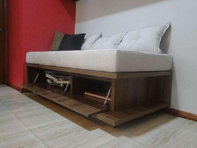 55. Guarde objetos dentro do sofá baú e otimize o espaço da sala planejada pequena. Fonte: MA Arquitetura