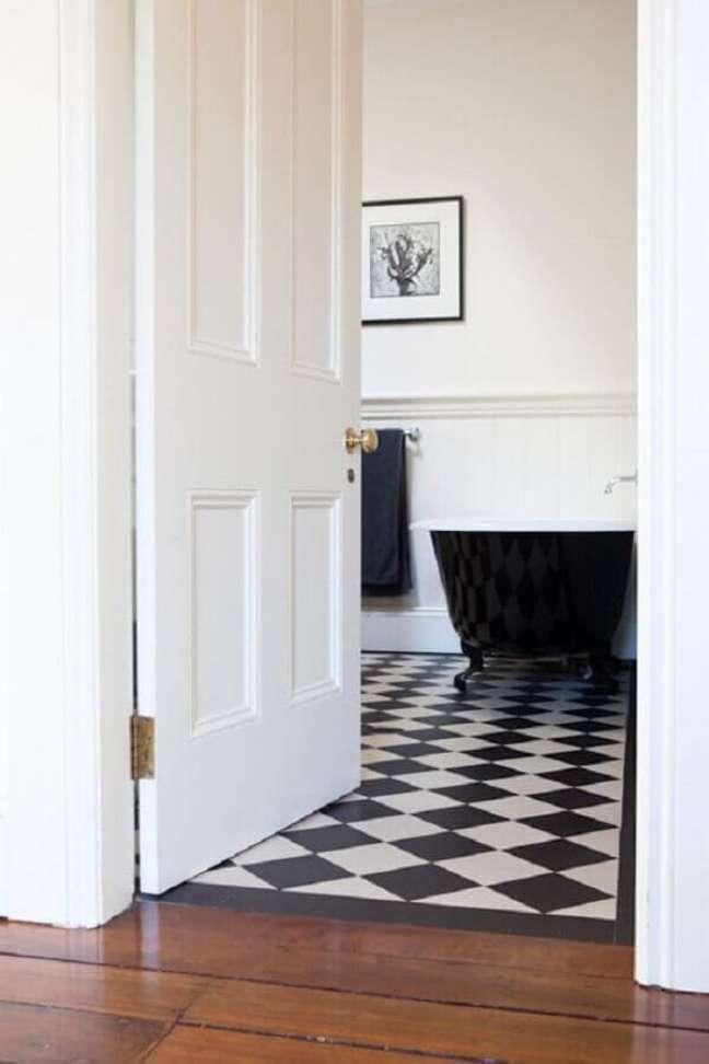 27. Decoração de banheiro com banheira de imersão e piso xadrez preto e branco – Foto: The Design Files