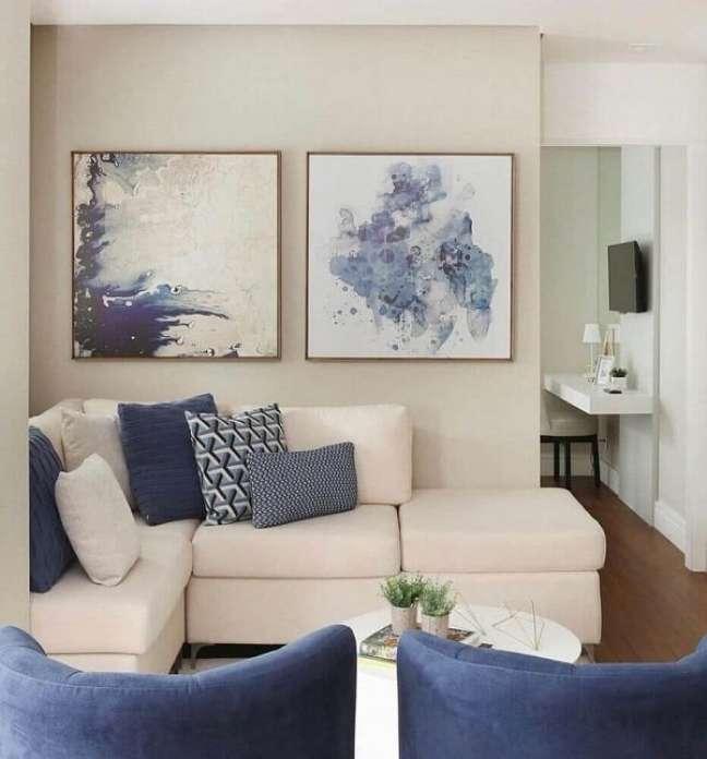 17. Sofá de canto e almofadas azuis decoram a sala planejada pequena. Foto: Zozu