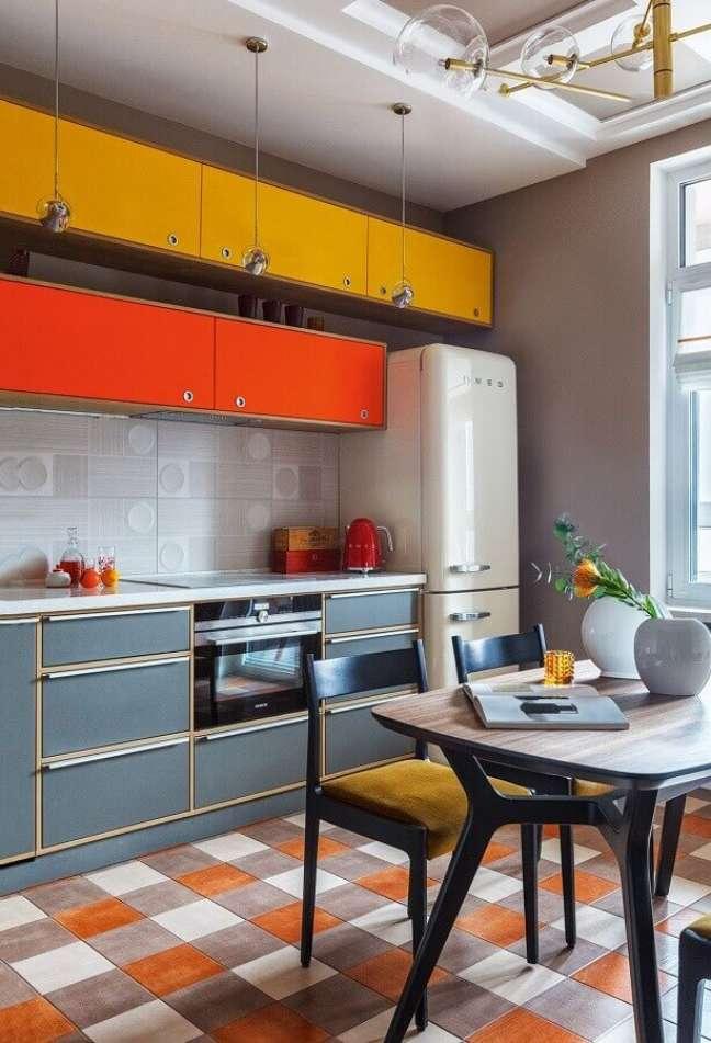 30. Decoração de cozinha planejada com piso xadrez colorido – Foto: AD Magazine