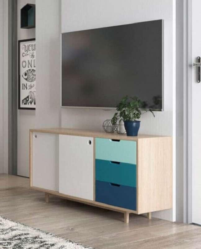 52. Modelo de rack planejado para sala pequena com design retrô. Foto: Decoração de Casa