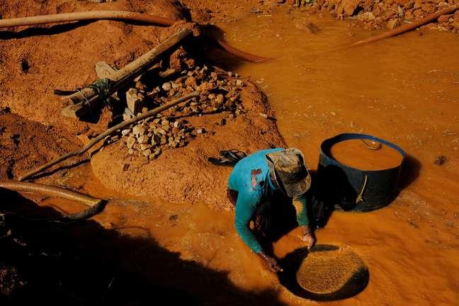 Garimpeiro trabalha em região amazônica do Estado do Pará