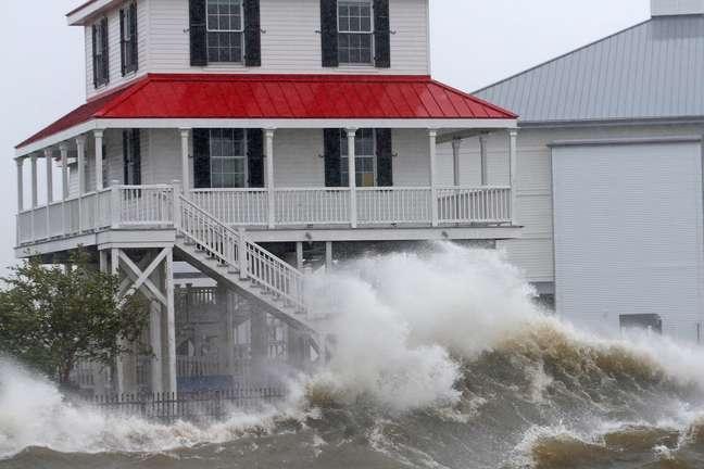 Ondas atingem região costeira de Nova Orleans