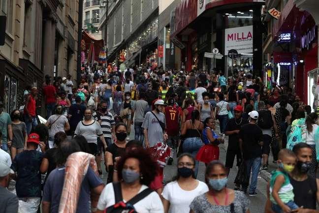 Consumidores fazem compras em rua comercial de São Paulo em meio a disseminação da Covid-19 21/12/2020 REUTERS/Amanda Perobelli