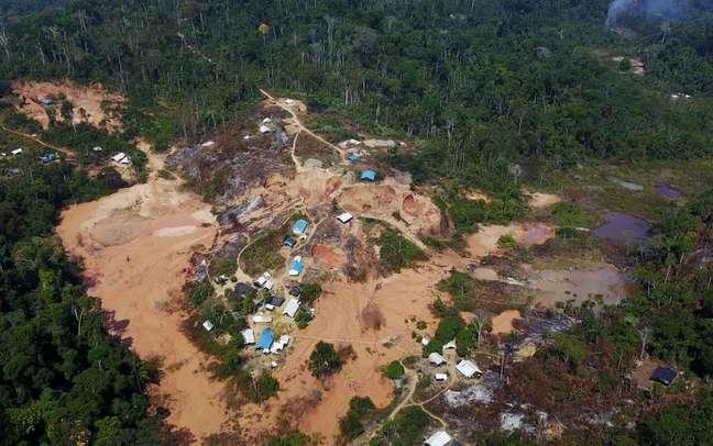 Vista aérea de garimpo ilegal de ouro em área desmatada da floresta amazônica no município de Itaituba (PA) 06/08/2017 REUTERS/Nacho Doce