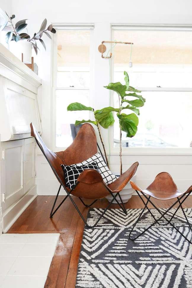 1. Poltrona butterfly com almofadas em preto e branco e sofá combinando – Foto West Elm – Jeran McConnel Home