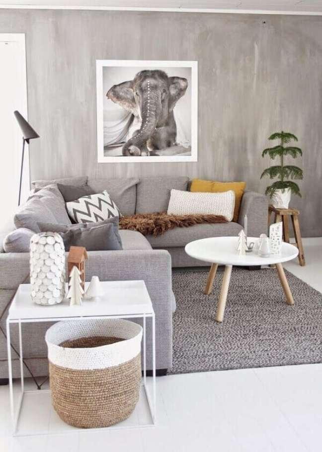 33. O sofá em formato L delimita o espaço da sala planejada pequena. Fonte: Archzine