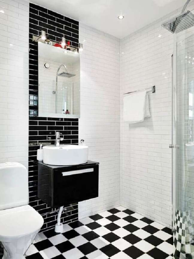 13. Banheiro minimalista decorado com piso xadrez preto e branco – Foto: Editions de l'Arkhan