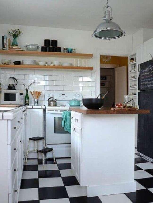 17. Cozinha com ilha pequena decorada com piso preto e branco xadrez – Foto: Decor Fácil
