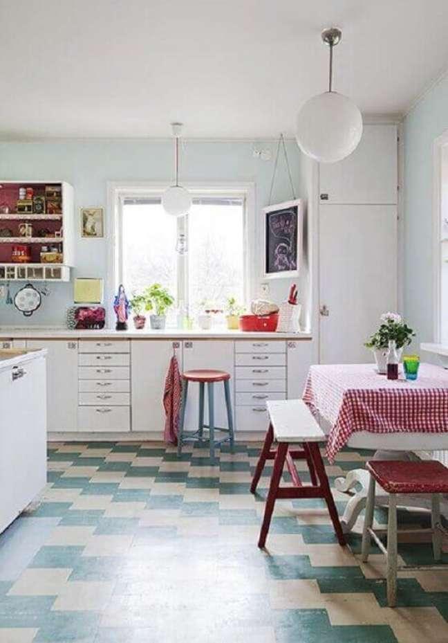 34. Decoração simples para cozinha retro com piso xadrez – Foto: Apartment Therapy